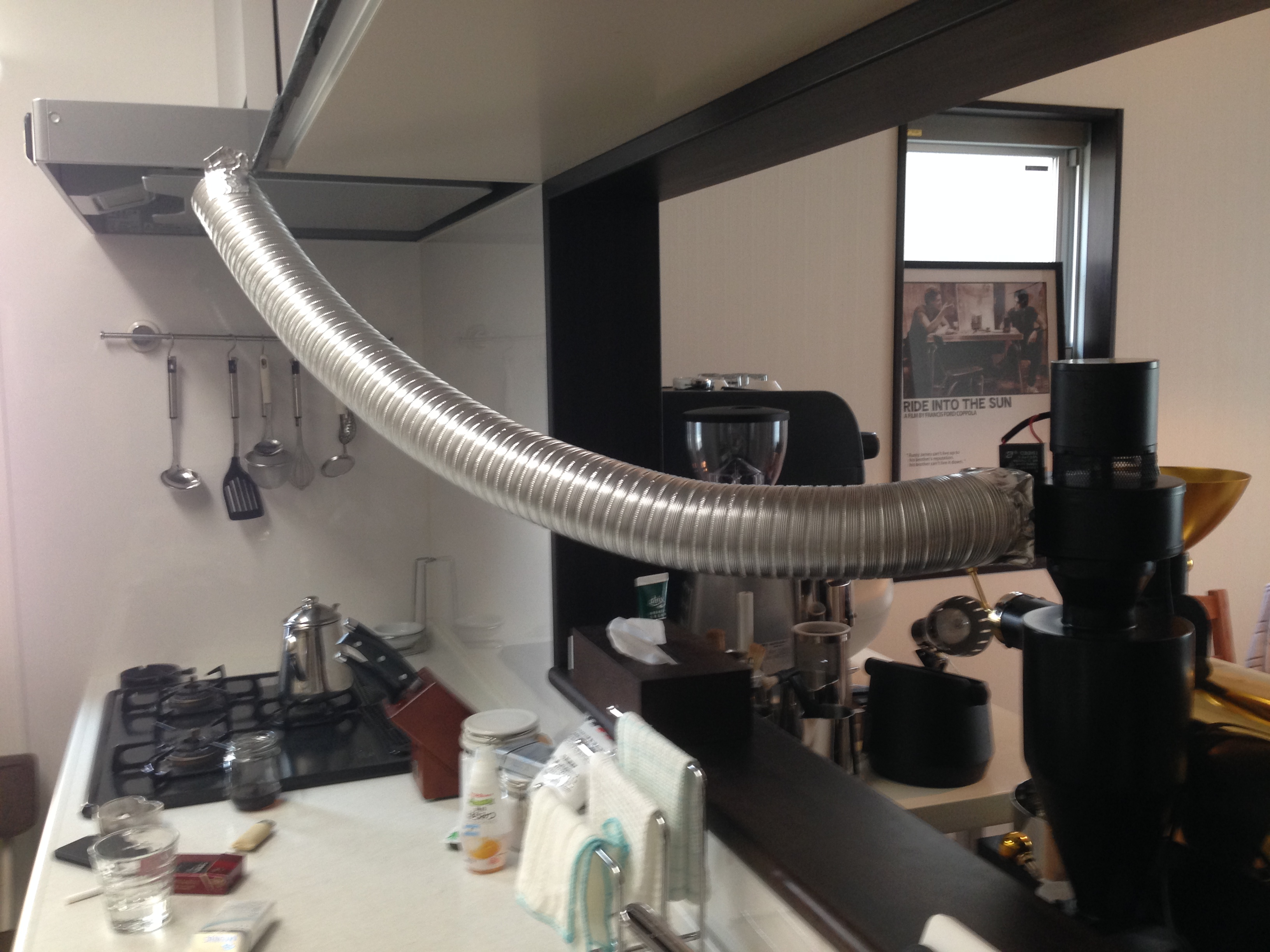 フジローヤルディスカバリー焙煎機の排気ファン部分にフレキシブルダクトを設置